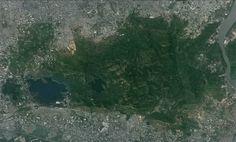 Com mais de 100 Km2, o Parque Nacional Sanjay Gandhi está cercado pela cidade de Mumbai, a mais populosa da Índia. A rica fauna e flora atraem mais de 2 milhões de visitantes por ano. Os turistas também gostam de visitar as milenares cavernas de Kanheri, esculpidas nos penhascos rochosos localizados dentro dos limites do parque.