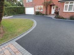 Birmingham based Oakleaf Driveways Limited have over 50 years experience and are specialist installers of black tarmac drives and driveways. Front Garden Ideas Driveway, Front Garden Entrance, Modern Driveway, Driveway Landscaping, Block Paving Driveway, Asphalt Driveway, Stone Driveway, Tarmac Drives, Driveway Materials