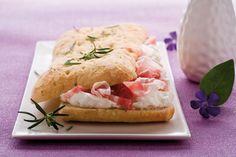 Focaccia al rosmarino con pancetta affumicata ricetta