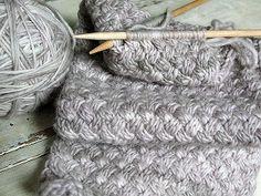 """Несложный, но очень эффектный узор """"плетёнка"""" разнообразит ваше вязание!  Узор """"плетёнка"""" спицами образуется за счёт перекрещеных петель, как при вязании кос.  Схема узора плетёнка спицами состоит из всего-навсего четырёх повторяющихся рядов, два из которых вяжутся по рисунку, поэтому ритмичный узор """"плетёнка"""" легко запоминается.  Именно поэтому вязание узора """"плетёнка"""" может быть рекомендовано и для начинающих.  Прежде чем вязать узор плетёнка тщательн..."""