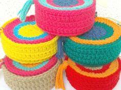 Set de 6 posavasos tejidos al crochet. <br /> Vienen en una canasta contenedora para poder guardarlos y al mismo tiempo transformarlos en un objeto decorativo y<br />  darle color al lugar que elijas. Crochet Art, Crochet Home, Crochet Gifts, Cute Crochet, Crochet Stitches, Crochet Patterns, Mug Cozy, Crochet Projects, Kids Room