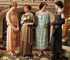 Cloche hats and flapper dresses: get inspired by Downton Abbey's fashion worn by Lady Mary Crawley, Lady Cora, Lady Sybil Branson and Lady Rose MacClare. Lady Mary Crawley, Lady Sybil, Edith Crawley, Downton Abbey Costumes, Downton Abbey Fashion, Dame Mary, Downton Abbey Series, Elizabeth Mcgovern, Julian Fellowes