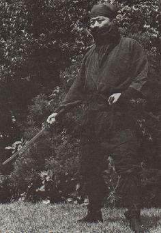 (Grandmaster Soke Hatsumi) Os ninjas eram os guerreiros das sombras; mercenários pagos para fazerem os mais variados tipos de serviços furtivos, entre eles: sabotagem, assassinatos e especialmente o de espionagem. Geralmente os ninjas também eram samurais, isso porque muitas vezes eles também serviam a um daimyô em troca de um estipêndio, como os samurais convencionais. A diferença crucial entre os dois é que os ninjas não obedeciam ao bushidô.