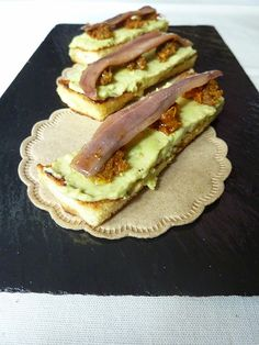 Charo y su Cocina: CANAPÉ DE AGUACATE Y ANCHOAS (TRADICIONAL) Sardine Recipes Canned, Brie, Tapas Menu, Party Finger Foods, Edible Food, Food Out, Sandwiches, Canapes, Tostadas