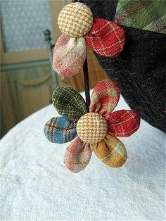 퀼트가방 - 다알리아 토트백 : 네이버 블로그 Sewing Appliques, Applique Patterns, Felt Crafts Diy, Arts And Crafts, Origami Quilt, Making Fabric Flowers, Fabric Brooch, Fabric Flower Tutorial, Crafts For Seniors