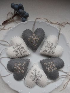 Diy christmas ornaments 407646203773105870 - Super embroidery christmas gifts felt ornaments Ideas Source by mariasaaiman Handmade Christmas Decorations, Christmas Ornament Crafts, Felt Decorations, Xmas Crafts, Christmas Diy, Rustic Christmas, Crochet Christmas, Handcrafted Christmas Ornaments, Christmas Sewing Projects