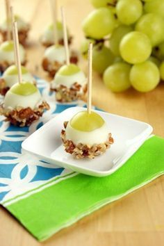 Schoko-Nuss-Trauben Zutaten (für 12 Stück): 12 Weintrauben ohne Kerne 100 g weiße (oder dunkle) Schokolade 50 gehackte Haselnüsse 12 Spieße oder Eisstiele