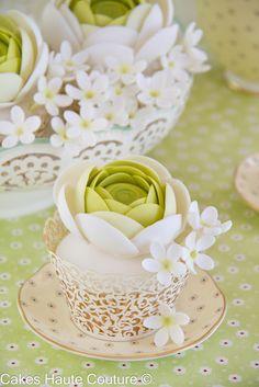 Ranunculus and jasmine cupcakes Flowers Cupcakes, Cupcakes Flores, Pretty Cupcakes, Beautiful Cupcakes, Yummy Cupcakes, Cupcake Cookies, Heart Cupcakes, Cupcake Toppers, Cakepops