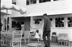 a glimpse of the young camelot family Les Kennedy, Jacqueline Kennedy Onassis, Jackie Kennedy, Kennedy Compound, Pictures Of America, Hyannis Port, John Junior, Classy People, Famous Couples