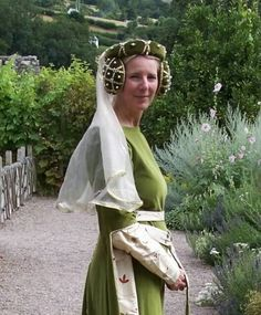 The Crispinette C. 1300 - 1500 Sage Green Velvet Crispinettes with Jewels and Pearls Mode Renaissance, Costume Renaissance, Medieval Costume, Medieval Dress, Medieval Hats, Medieval Fashion, Medieval Clothing, Historical Women, Historical Clothing