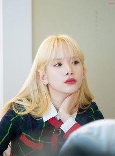 Yuehua Entertainment, Starship Entertainment, Kpop Girl Groups, Kpop Girls, Blonde Hair Korean, Kim Hyun, Cosmic Girls, Queen, Best Model