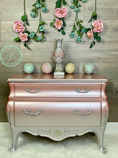 Amy from Ajs Vintage Designs painted this piece using Dixie Belle Paint's new metallic line. You can see this piece being painted LIVE in the video playlist on Ajs Vintage Designs facebook page. #dixiebellepaints #ajsvintagedesigns #metallicfurniture #rosegold #rozay #silver metallic #rosegoldmetallic #chalkmineralpaint #bombay #paintedfurniture #metallics #princessfurniture #pinkfurniture
