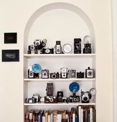 A beautifully-displayed collection of vintage cameras. (Photo by Robbie Capponetto for Cottage Living) Antique Cameras, Old Cameras, Vintage Cameras, Photography Office, Camera Photography, Pregnancy Photography, Portrait Photography, Fashion Photography, Wedding Photography
