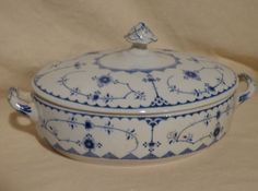 This large oval covered vegetable bowl was made by Furnivals in England. This is a fantastic find to go with anyones Denmark collection. It compliments the Royal Copenhagen blue flute pattern.