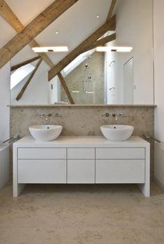 salle-bains-moderne-meuble-vasque-bois-rangements-vasques-forme-ovale-grand-miroir-poutres-bois