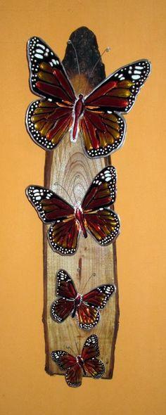 Mariposas Monarcas en arte repujado. Sobre anillo rústico tratado en madera de cedro. Diseño y creación por Lucy Menen Art & Design.