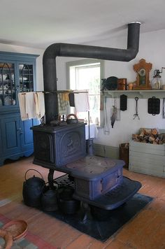 On a visit to a pioneer village, one of the cooks dressed in period costume boasted that she could cook any recipe on her wood stove except foods packaged for the microwave. That intrigued me. Wood Stove Cooking, Kitchen Stove, Old Kitchen, Home Decor Kitchen, Cooking Bacon, Kitchen Island, Alter Herd, Old Stove, Stove Oven
