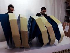 Estructura de ADN origami plegable de cartón para evento de biotecnología. Decoración de eventos. Diseñado por Cartonlab. Cardboard DNA origami foldable structure for biotech event. Event decoration. Designed by Cartonlab.