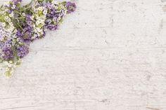 Superfície velha com flores bonitas Foto gratuita