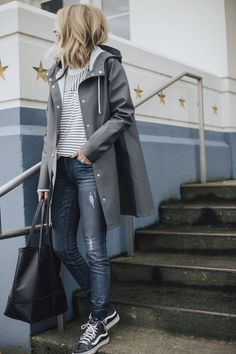 Outfits * Fall Coat Guide: 39 Coats You Need Now - Outfit Invernali Skandinavian Fashion, Mode Outfits, Fall Outfits, Rainy Outfit, Rainy Day Outfit For Spring, Outfits For Rainy Days, Look Oxford, Spring Outfit Women, Tourist Outfit