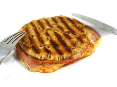 Stuffed Pepperoni Pizza Melt, Low in Calories, Big on Taste! This is a super quick lunch or dinner everyone will love! Each pizza melt has 215 calories, 8 grams of fat and 6 Weight Watchers POINTS PLUS. http://www.skinnykitchen.com/recipes/stuffed-pepperoni-pizza-melt-low-in-calories-big-on-taste/
