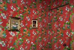 This wallpaper is so pretty, maybe not for whole room but one wall. Black Tile Bathrooms, Smells Like Teen Spirit, Red Aesthetic, Colour Schemes, Warm And Cozy, Mother Earth, Decoration, Flower Power, Architecture Design