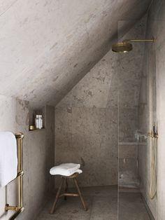 // granite & brass bathroom