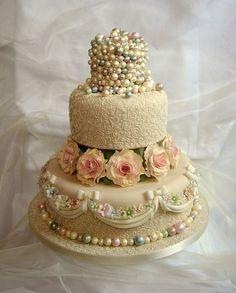 Vintage Cake2 by www.lilycupcake.co.uk, via Flickr hermoso delicado boda quince dama jovencita beige perlas y flores