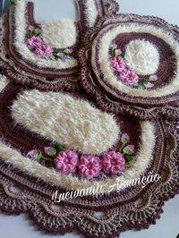 Maravilhoso Crochet Carpet, Crochet Home, Fabric Crafts, Sewing Crafts, Crochet Scrubbies, Crochet Decoration, Diamond Flower, Bathroom Sets, Crochet Doilies