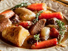Lammragout  Zartes, saftiges Lammfleisch trotz kurzer Zubereitungszeit.  Dazu aromatische Wurzelgemüse in einer kräftigen Rotweinsauce – ein Gedicht.  http://einfach-schnell-gesund-kochen.de/lammragout/