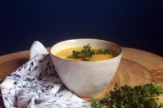 Esta Sopa de Abóbora e Açafrão é rica em nutrientes e ótima aquecer nos dias mais frios! Simples, saciante e aconchegante!