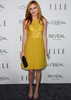 Bella Thorne con  un vestido mostaza con cuerpo de piel de Gucci.