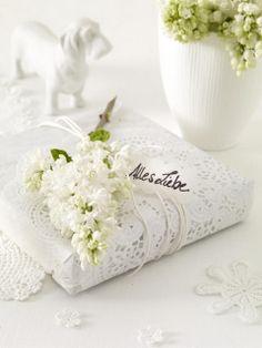 Csipkeminta és apró fehér virágok - ideális egy esküvői ajándékhoz