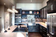 cuisine avec crédence moderne en plaques métalliques et armoires en bois noires