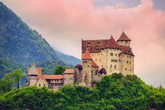 Liechtenstein ¿Quién lo hubiera dicho? Uno de los países más prósperos del mundo está en la lista de destinos menos visitados del mundo. No puede ser sólo por lo reducido de su tamaño, porque lugares como Mónaco, Luxemburgo o Andorra consiguen atraer a muchos turistas. No ayuda que no tengan una aeropuerto internacional, pero tampoco es una excusa que nos convenza ya que St. Gallen está tan sólo a 50 kilómetros de distancia mientras que los aeropuertos de Friedrichshafen y Zúrich están a 100…