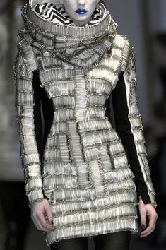 Gareth Pugh F/W safety pins, épingles à nourrice ! Fashion Moda, Fashion Art, High Fashion, Fashion Beauty, Fashion Show, Womens Fashion, Fashion Design, Haute Couture Style, Couture Mode