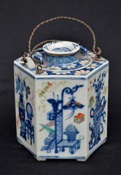 Bule em porcelana chinesa azul/branco sextavado. Séc. XIX medindo 13 cm de altura