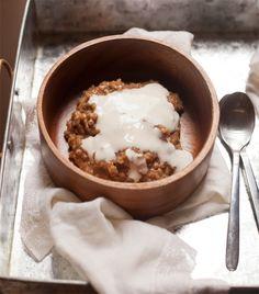 Earl Grey oatmeal with cardamom & honey cream Breakfast Items, Eat Breakfast, Honey Cream Recipe, Good Food, Yummy Food, Tasty, Baking Items, Oatmeal Recipes, Light Recipes