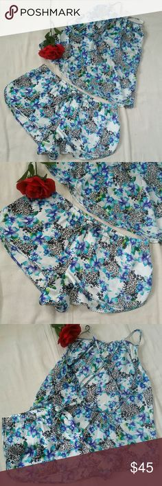Victoria secret sets size Meduim Floral Multicoloured,Size medium, Style in the back low / X straps and adjustable. In very good conditions,Looks new Victoria Secret Intimates & Sleepwear
