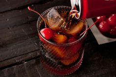 This Roy Rogers drink recipe uses maraschino cherries and grenadine mixed with cola for a classic kiddie cocktail. Fruit Drinks, Smoothie Drinks, Non Alcoholic Drinks, Party Drinks, Healthy Drinks, Smoothies, Roy Rogers Drink, Coke Drink, Drink Cart