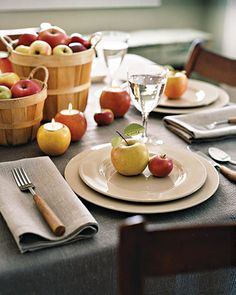 apples for a of july centerpiece! they're in season and affordable - Table Settings Apple Centerpieces, Apple Decorations, Centrepiece Ideas, Harvest Decorations, Apple Table, Diy Design, Apple Home, Fall Table, Fruit