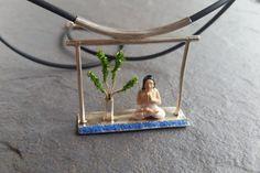 He encontrado este interesante anuncio de Etsy en https://www.etsy.com/es/listing/386291076/yoga-pendant-colgante-relaxation-jewelry