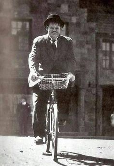 classic movies stars on bike Laurel And Hardy, Stan Laurel Oliver Hardy, Great Comedies, Classic Comedies, Classic Movies, Photo Velo, Velo Vintage, Comedy Duos, Abbott And Costello