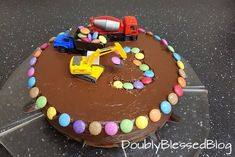 Die coolsten Geburtstagskuchen: Die Baustelle The construction cake I saw for the first time at the birthday party of the boy of a friend. Our boy could hardly get away from the cake and so I surprised him 9 months later with a Sma … Smarties Cake, Car Cakes For Boys, Truck Cakes, Torte Cake, Baking With Kids, Cool Birthday Cakes, Easy Cake Recipes, Cake Cookies, Kids Meals