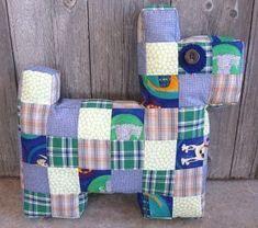 Des idées de cadeaux pour les plus petits à réaliser : des tutos pour faire des petits chiens en tissu :) #diy #couture