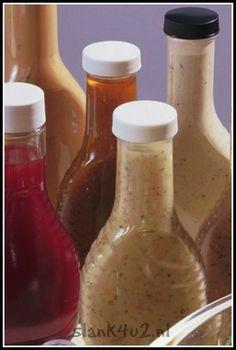 SAUZEN EN DRESSINGS Rode salsa : - 2 middelgrote tomaten, zaden verwijderd en gehakt - 30 ml olijfolie extra vergine - 1 ½ el gehakte basilicum - ½ el rode wijnazijn - ½ el fijngehakte knoflook - Snufje zout - Snuf zwarte peper Doe alle ingrediënten in een kom. Laat... #dressings #salade #sauzen
