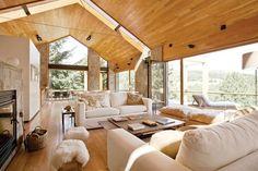 Amplios y mullidos, los sillones de lino blanco brindan confort sin llamar la atención sobre sí mismos con diseños complicados ni estampados...