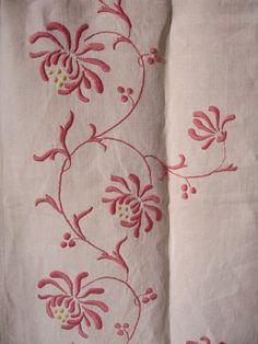 Long chemin de table brodé main motif fleurs roses par LMsoVintage