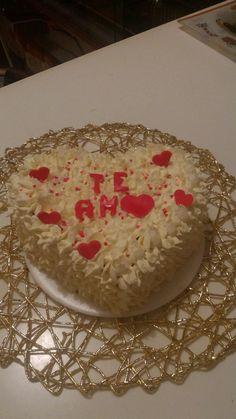 Torta corazón en crema con menaje