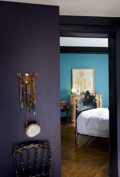 Une peinture aubergine en contraste avec le bleu de la chambre, j'aime ça